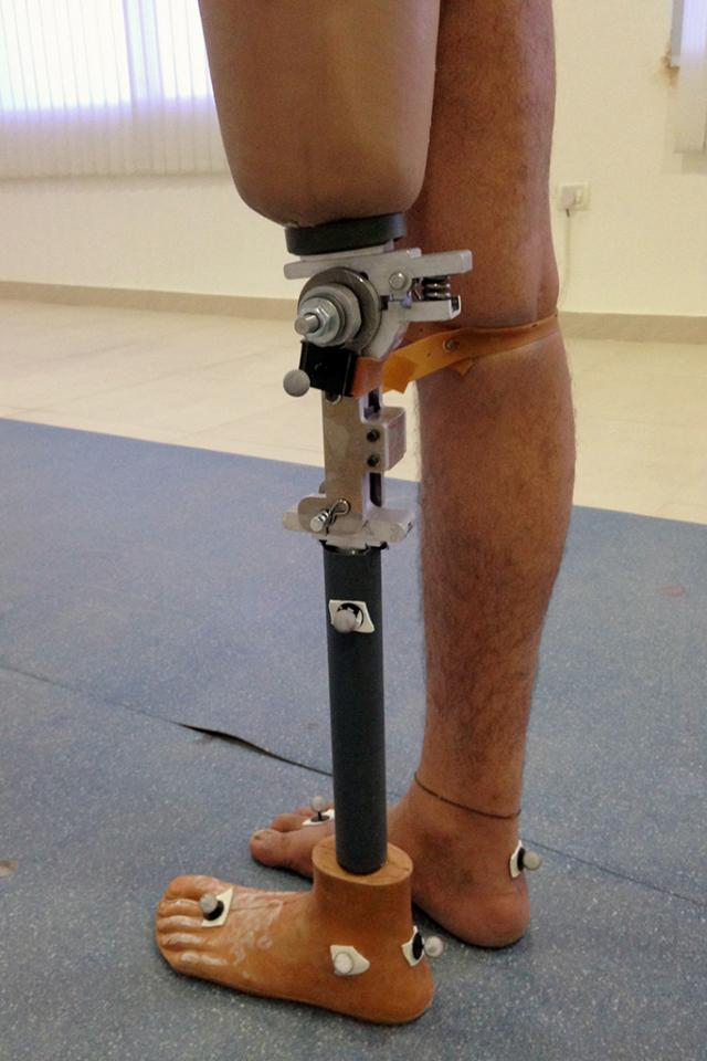 Low-cost prosthetic knee mimics normal walking